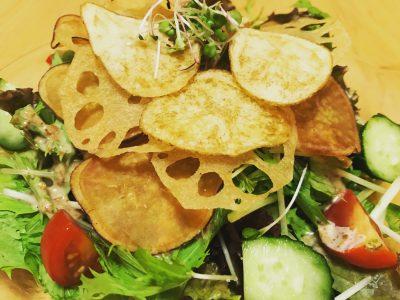 パリパリ根菜チップのサラダ